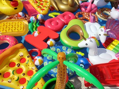¿Qué habrá sido de los unicornios y flamencos flotantes? En Mallorca, han creado un santuario para ellos (y no, no es una broma)
