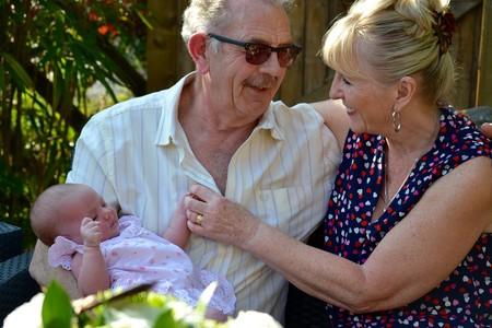 abuelos con nieta bebé
