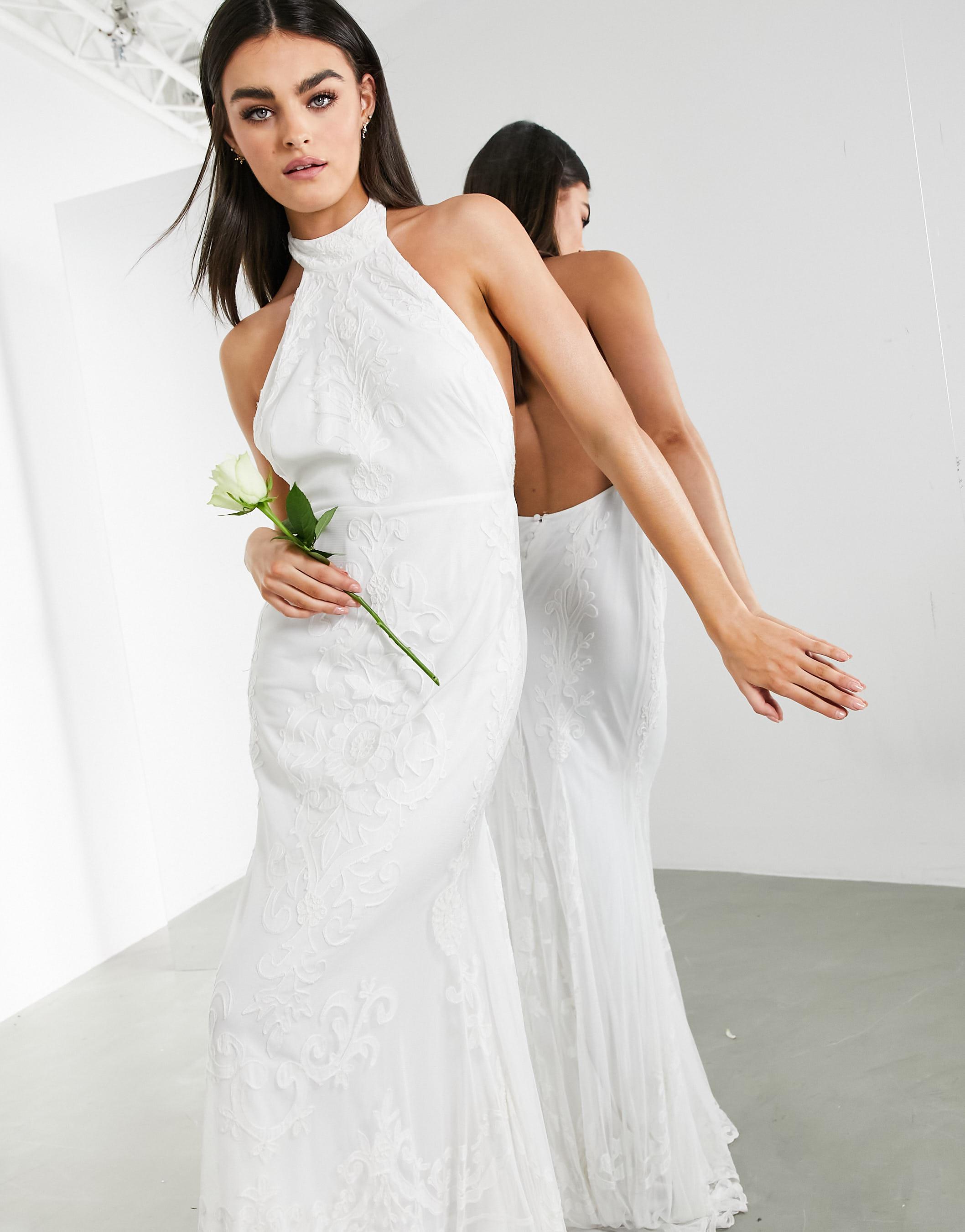 Vestido de boda con cola, cuello halter y bordado