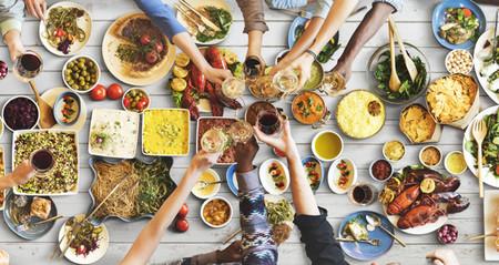 Esta es la razón por la que comes mucho más cuando estás con tus amigos