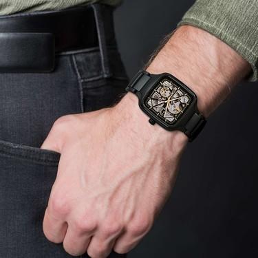 Rado diseña su primer reloj de caja cuadrada que deja ver 'el corazón' de su maquinaria interna
