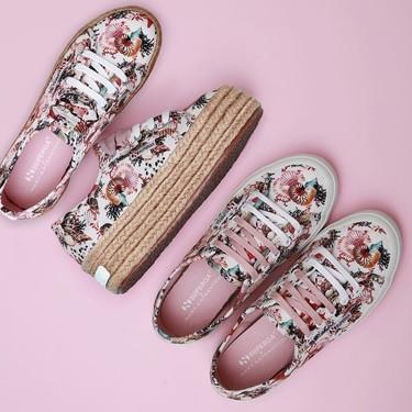 Superga tiene las zapatillas más delicadas de la temporada, con plataforma de esparto (o sin ella) y estampado de Mary Katrantzou