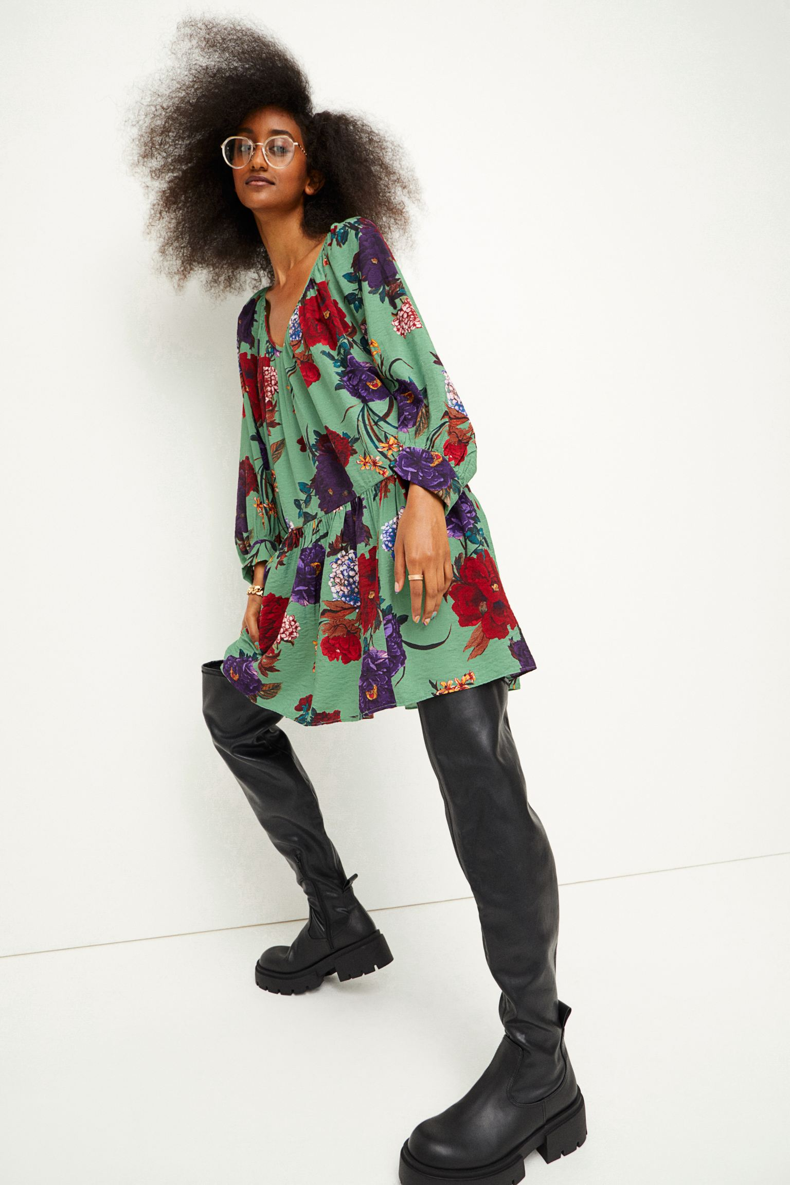 Vestido en tejido vaporoso con escote de pico fruncido y mangas tres cuartos de corte raglán holgado con puños amplios