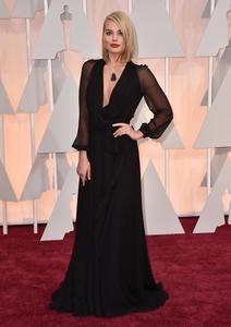 Margot Robbie nos seduce con su melena midi en la alfombra roja de los Oscar 2015