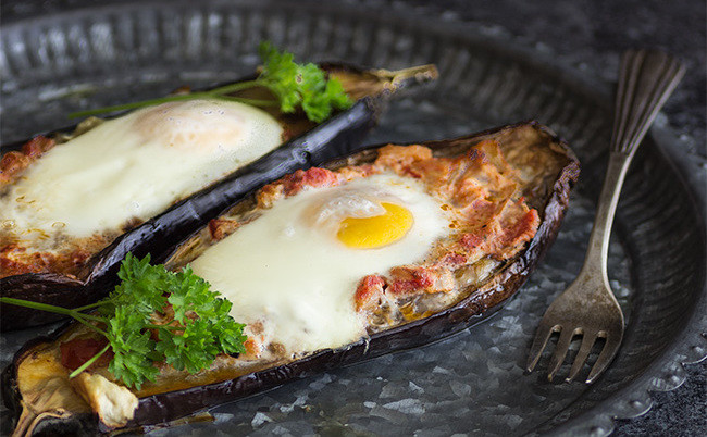 Huevos al nido en berenjena: receta