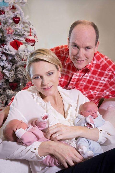 Posado de Alberto y Charlene de Mónaco junto a sus hijos