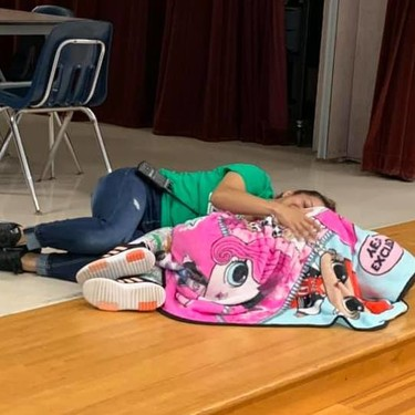El cariñoso gesto de la trabajadora de una escuela consolando a una niña con autismo que se ha vuelto viral