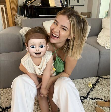 Laura Escanes con su hija Roma