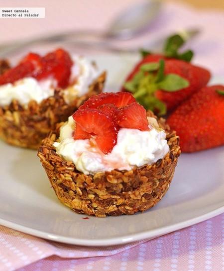 Copas de granola con yogurt y fresas. Receta de desayuno o postre