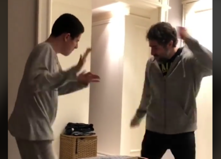 El entrañable vídeo de un padre y su hijo con autismo, conectando a través del baile y la música