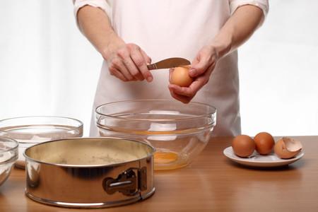 Abrir huevos con un cuchillo