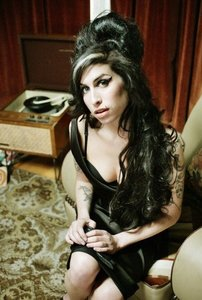 Amy Winehouse colabora desde el más allá en 'Cherry Wine'