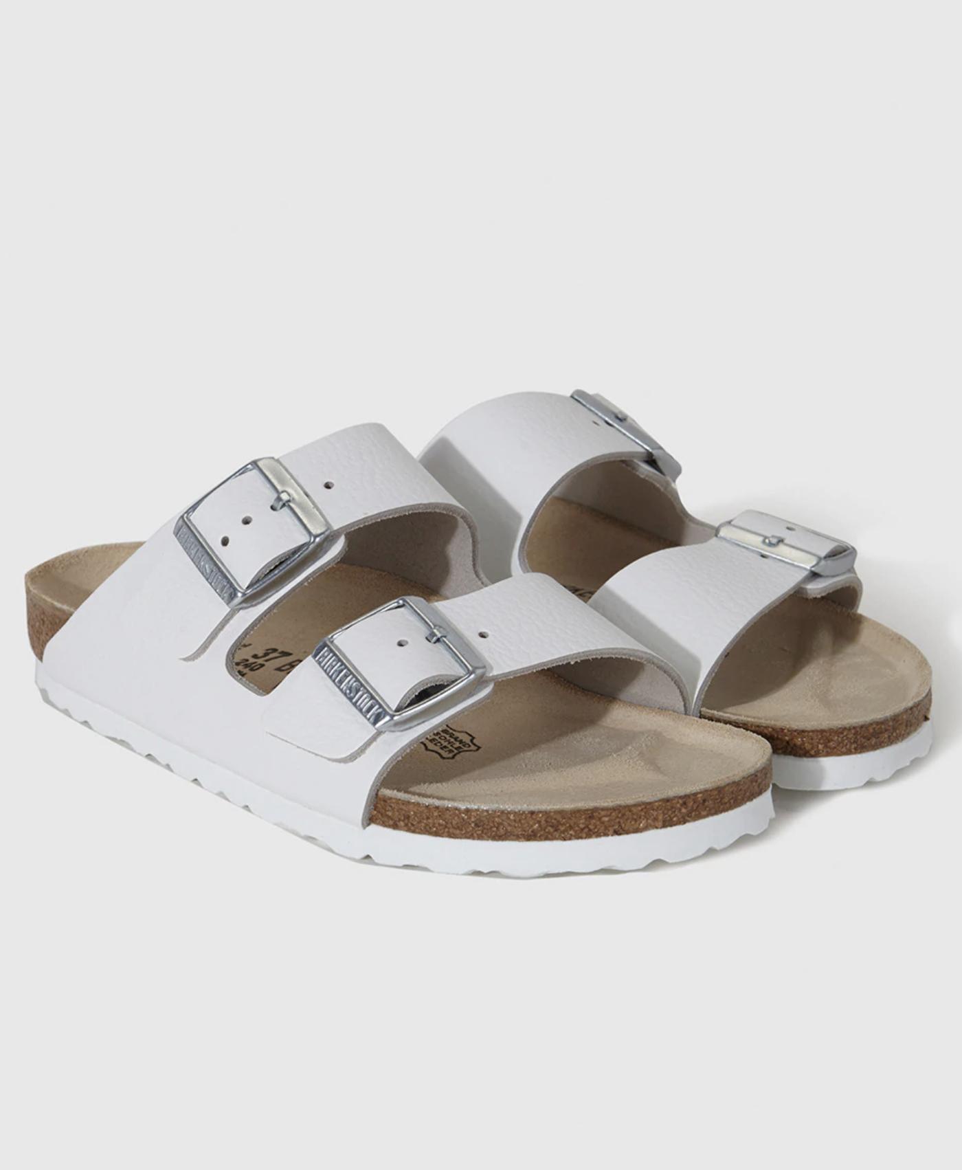 Sandalias planas de mujer Birkenstock de piel blancas