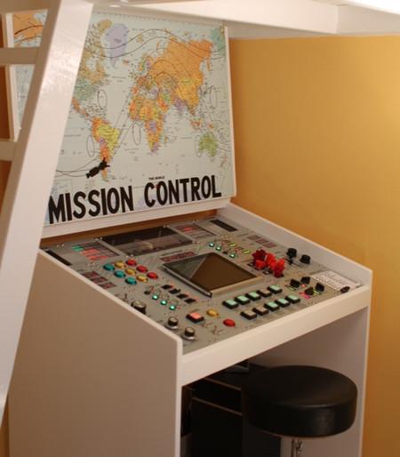 El panel de control que le hizo el padre al niño debajo de su mesa de trabajo