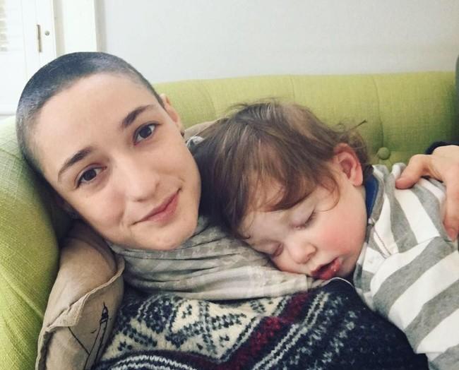 Esta madre que se rapó la cabeza para enviar a su hijo un poderoso mensaje feminista se ha vuelto viral en Facebook