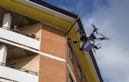 Rusia estrena su flamante drone postal de 20.000 dólares... y se termina estrellando contra una pared