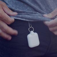 Jura Anchor es un accesorio para AirPods que usa el conector Lightning para engancharlos a un mosquetón