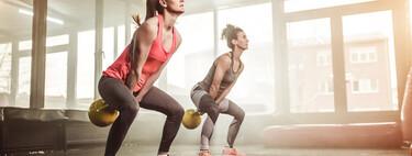 Un entrenamiento con kettlebells o pesas rusas para trabajar tus glúteos y piernas