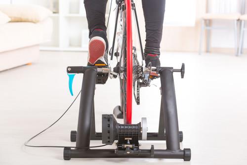 Entrenar sobre dos ruedas en casa es posible: así puedes entrenar en tu salón con tu bici de carretera o de spinning