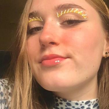 El eyeliner gráfico más atrevido del verano 2020 se inspira en los rayos del sol y parece sacado de la serie Euphoria