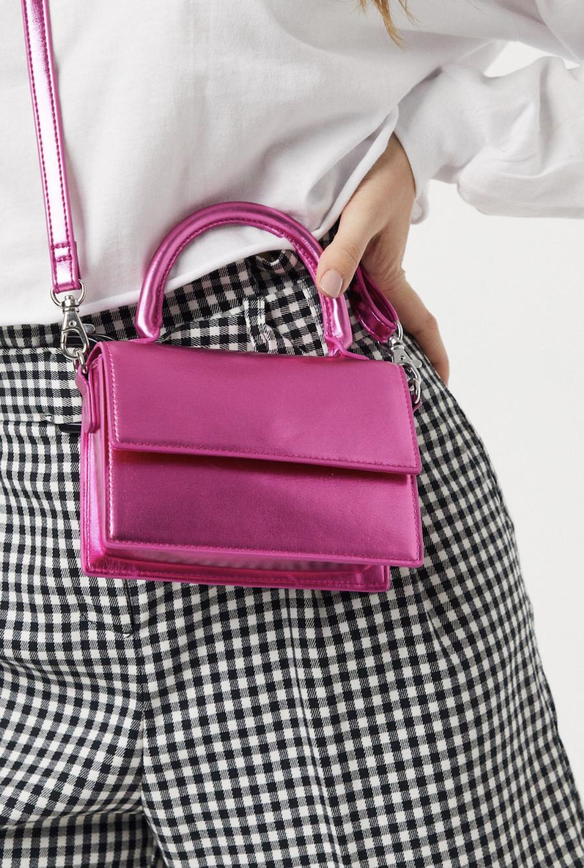 Bolso pequeño metalizado en rosa Shirin de Monki
