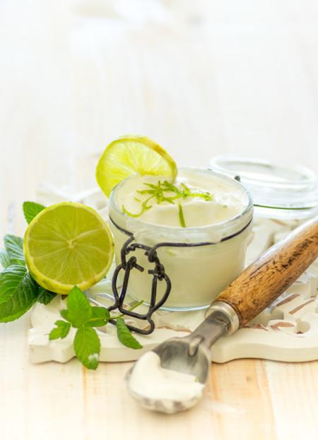 Helado de yogur griego con lima y cardamomo.