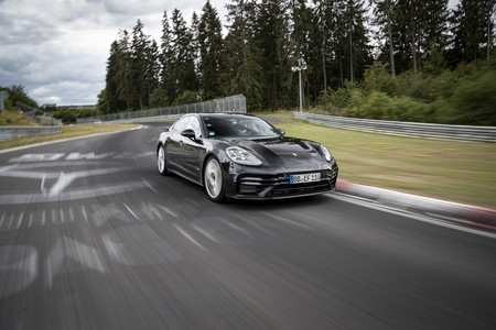 Un nuevo Porsche Panamera Turbo más potente y ligero se ha dejado ver en vídeo, y marcando récord en Nürburgring