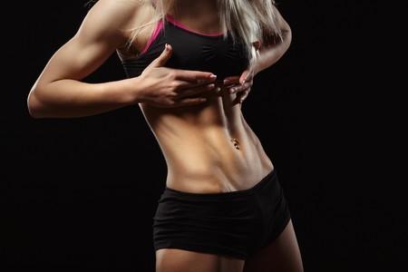Abdominales a punto: entrenamiento en el gimnasio en sala de fitness