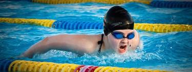 Si quieres correr más, métete en la piscina: así es como la natación te ayuda a ser un mejor corredor