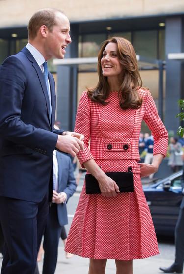 """Kate Middleton apuesta por un look """"sixties"""" en su última aparición pública"""