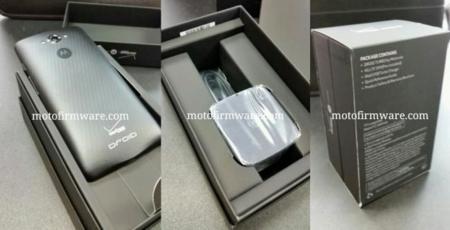 Motorola Droid Turbo en su paquete de venta, con Turbo Charger
