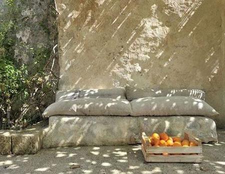 banco-piedra-almohadones.jpg