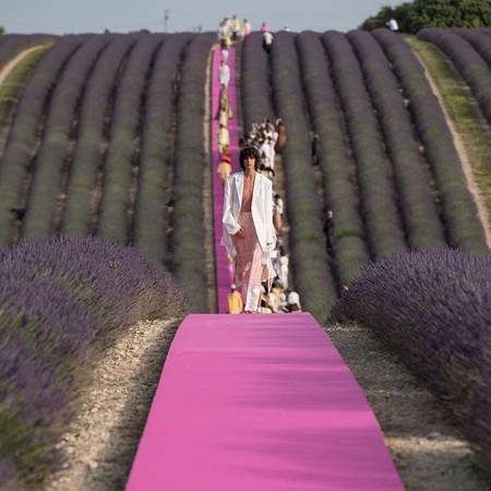 Jacquemus celebra los 10 años de su carrera con un desfile de ensueño (de manera literal) en plena Provenza francesa