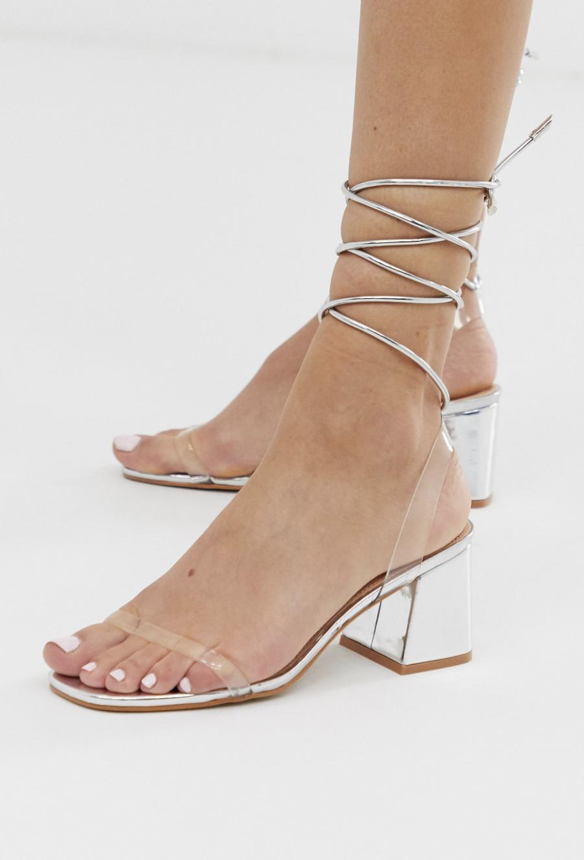 Sandalias de tacón medio anudadas al tobillo en plateado metálico Tomorrow de Public Desire