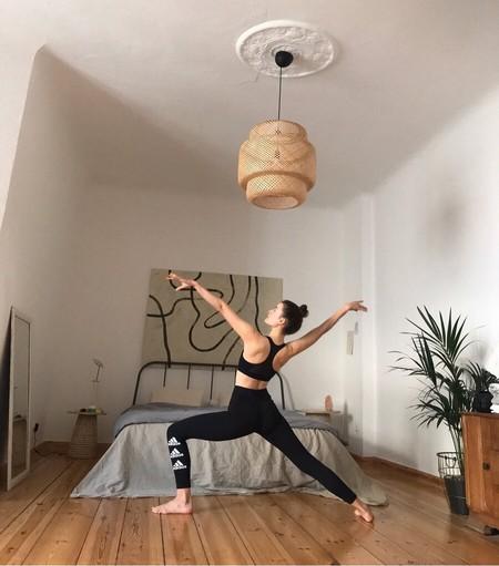 Cómo hacer hacer yoga en casa por primera vez: 11 ejercicios en vídeo que son muy sencillos