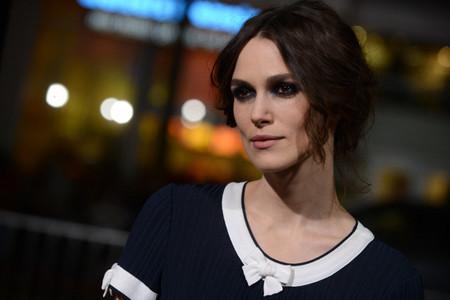Sombras navy y recogido casual: copia el look de Keira Knightley en la premiere de Jack Ryan