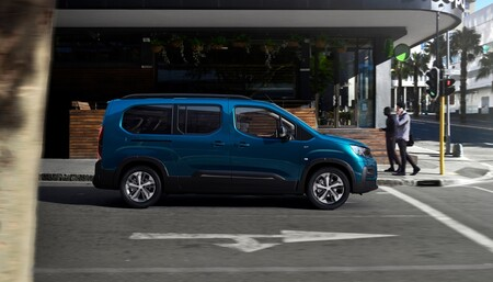 La Peugeot e-Rifter ya está a la venta: una furgoneta eléctrica de cinco o siete plazas con 280 km de autonomía, desde 29.250 euros