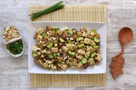 Salteado de berenjena, tofu y pepino con salsa de cacahuete: receta vegana rápida para viajar por Asia