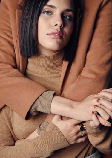 Moffy, la modelo bizca, es la estrella de & Other Stories y su campaña de Navidad