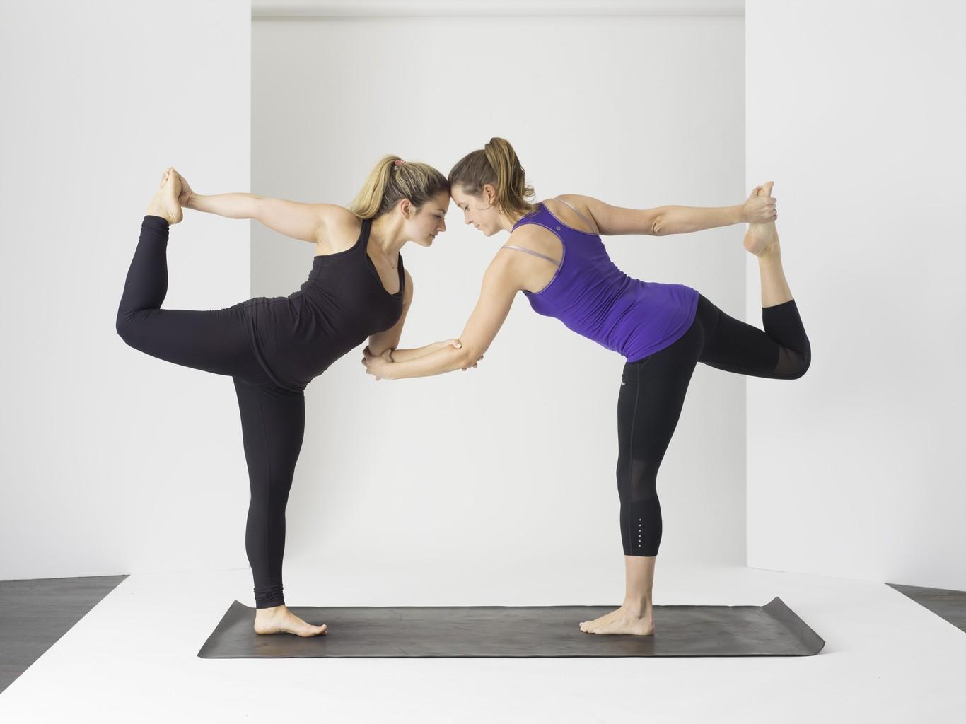 Siete Posturas De Yoga Que Puedes Practicar En Pareja