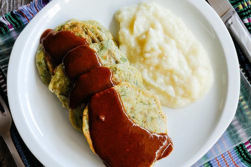 Tortitas de ejotes con mole. Receta mexicana sencilla y deliciosa
