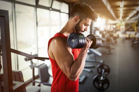 Cinco ejercicios con gomas y mancuernas para conseguir unos bíceps más grandes entrenando en casa
