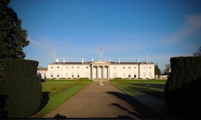 La Casa Blanca Tiene Una Hermana Pequena Pero De Tamano Mini Y En Irlanda