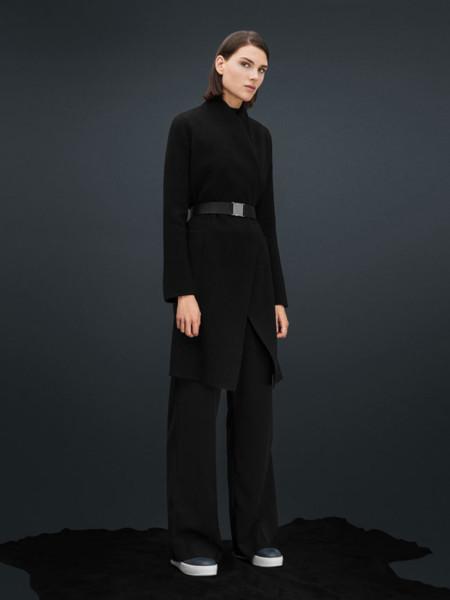 El negro es el color de las mil posibilidades y Uterqüe te enseña a conseguir el look idóneo