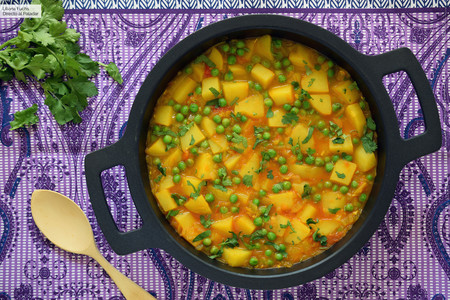 Curry de patatas y guisantes o aloo matar, receta tradicional de la India (vegana y muy fácil)