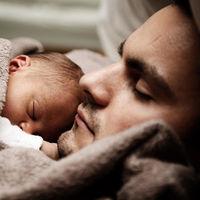 El Constitucional estudia la equiparación de los permisos de maternidad y paternidad