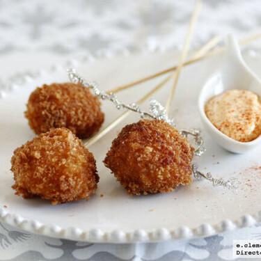 Receta de piruletas de zamburiñas con su mayonesa de coral, un aperitivo original y elegante