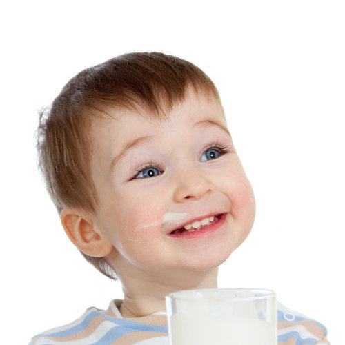 Alergia a las proteínas de leche de vaca, mediada por IgE y no mediada por IgE: diferencias, síntomas y pronóstico