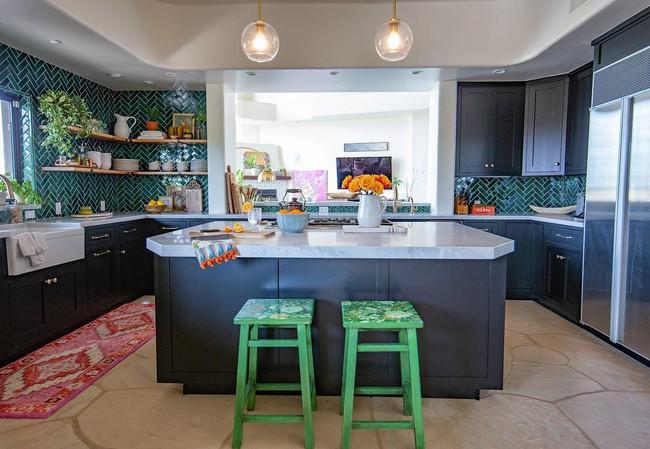 Descubre el antes y después de la transformación exitosa de una cocina aburrida a un espacio vibrante y moderno