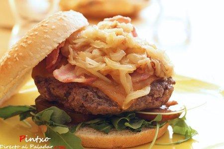 Hamburguesa con cebolla caramelizada y cheddar. Receta